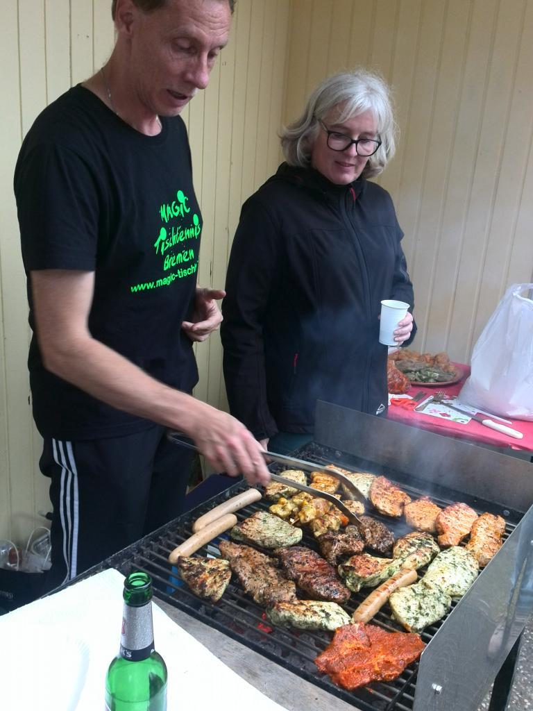 Helmut macht den Grill klar