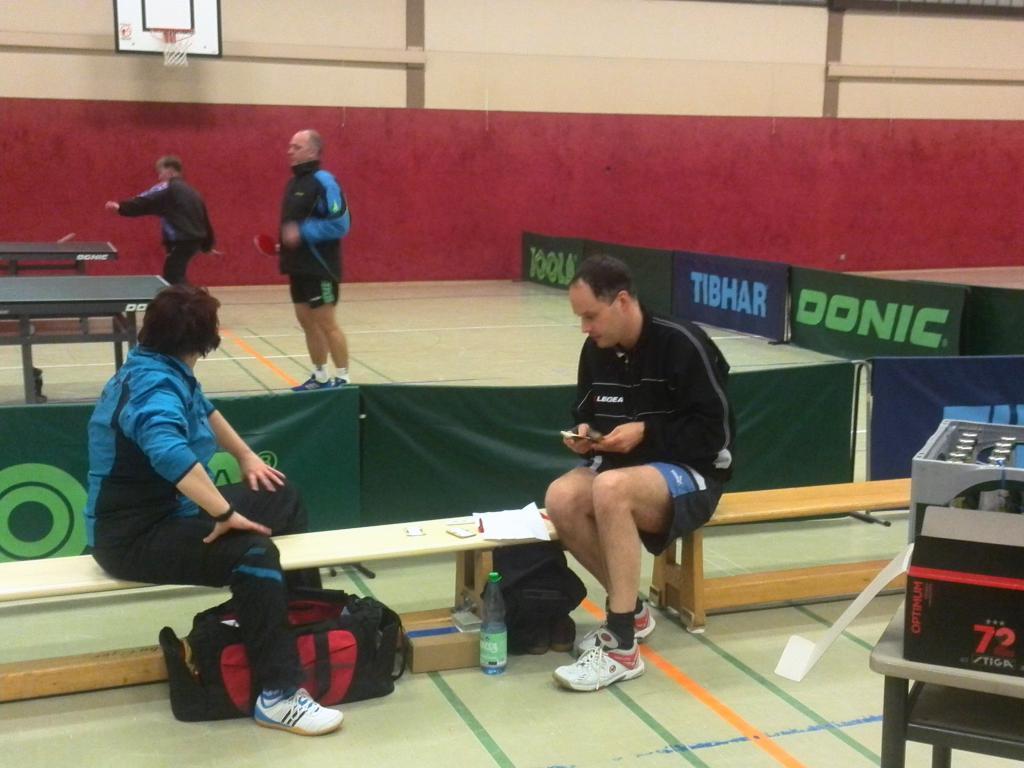 Irene (TV Jahn) und Thorsten bereiten das Turnier vor