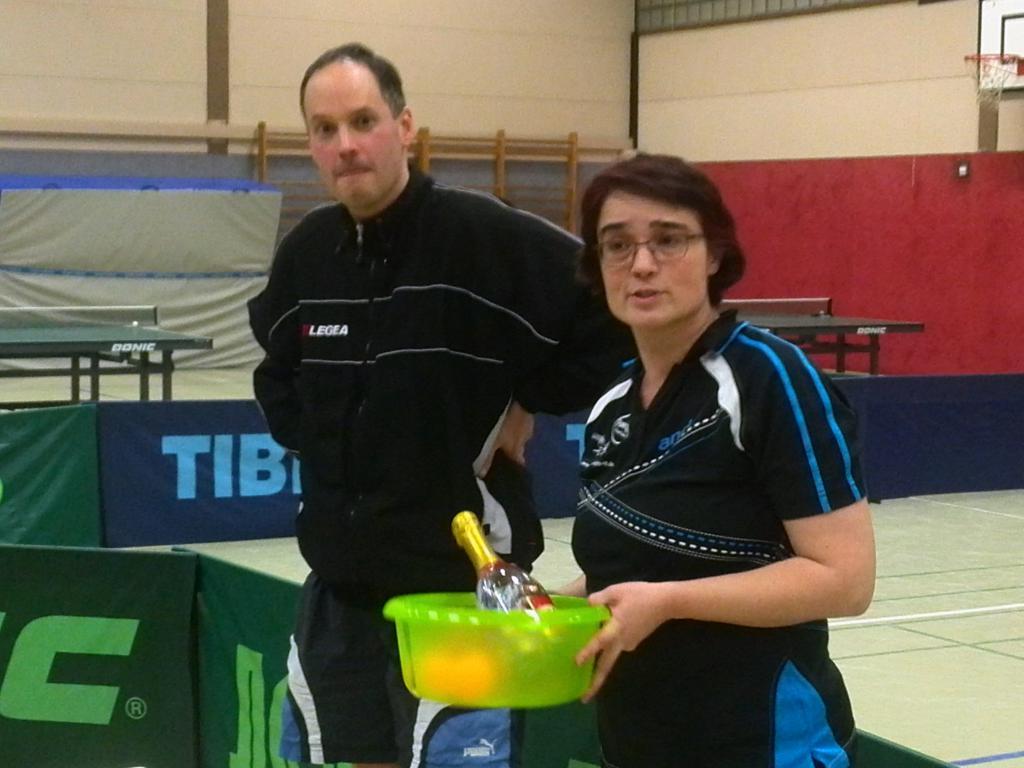 Irene überreicht Thorsten ein paar Trainingsutensilien als Gastgeschenk